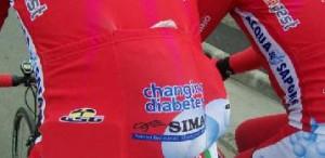 La scritta Changing Diabetes sulle maglie della squadra ciclistica Acqua&Sapone