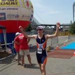 Simone sul traguardo dopo la corsa del triathlon di Piacenza