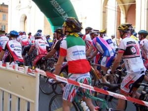 Il gruppo di ciclisti in partenza alla granfondo Matildica