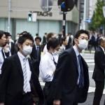 Influenza H1N1: alcune persone indossano la mascherina
